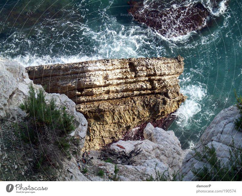Fels in der Brandung Natur blau Wasser Ferien & Urlaub & Reisen Meer Sommer Strand Berge u. Gebirge Küste Erde Wetter Wellen Wind Felsen Insel Wassertropfen