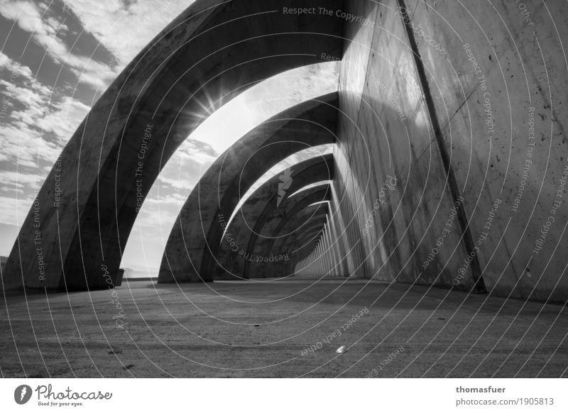 nur eine Spur ist geblieben, ... Einsamkeit Architektur Wand Traurigkeit feminin Mauer Horizont modern Zukunft Beton Brücke Schutz Bauwerk Hafen Schmerz lang