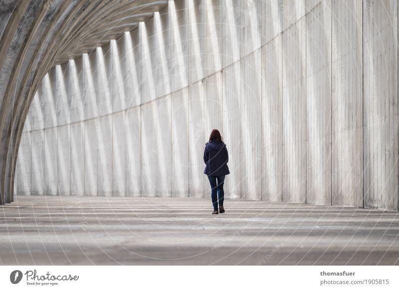 ...und geht Mensch Frau Einsamkeit Erwachsene Architektur Wand Traurigkeit feminin Mauer grau gehen Körper modern trist Beton Bauwerk