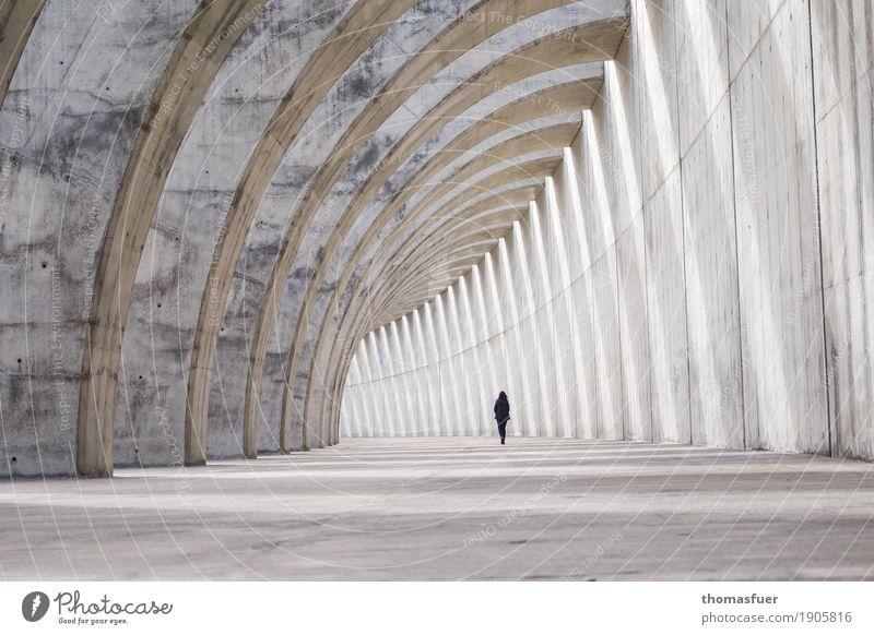 klein und weit und endlos Mensch Stadt Einsamkeit Architektur Wand kalt Wege & Pfade feminin Mauer außergewöhnlich grau gehen Perspektive groß Beton Bauwerk