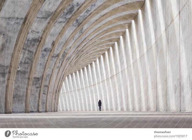 Kathedrale Mensch Frau Einsamkeit Ferne Erwachsene Architektur Wand Wege & Pfade feminin Mauer außergewöhnlich gehen Horizont träumen Perspektive Beton