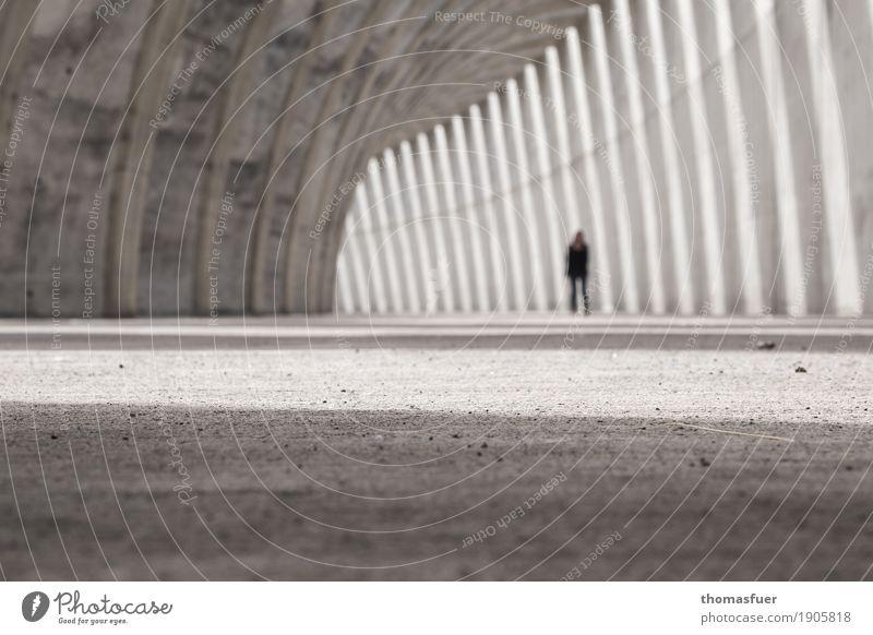 aus dem Blick verloren Mensch Frau Stadt Sonne Einsamkeit ruhig Erwachsene Architektur Traurigkeit feminin Gebäude Stimmung gehen träumen Körper modern