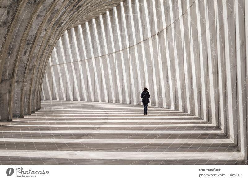 Mensch, Frau, Wellenbrecher Beton, Ferne feminin Erwachsene 1 Schönes Wetter La Palma Kanaren Spanien Hafen Tunnel Bauwerk Architektur Buhne Anlegestelle Mole