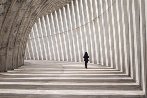Timetunnel 2 Frau Mensch Stadt Einsamkeit Ferne Erwachsene Architektur Leben Wand feminin Bewegung Mauer Stein gehen Schönes Wetter bedrohlich