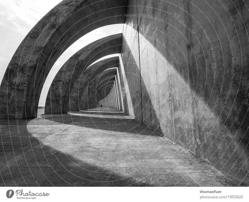 Beton, Tunnel, Frau Mensch Erwachsene 1 Schönes Wetter Bauwerk Gebäude Architektur Mole Buhne Mauer Wand gehen groß lang modern Stadt grau schwarz weiß Stimmung
