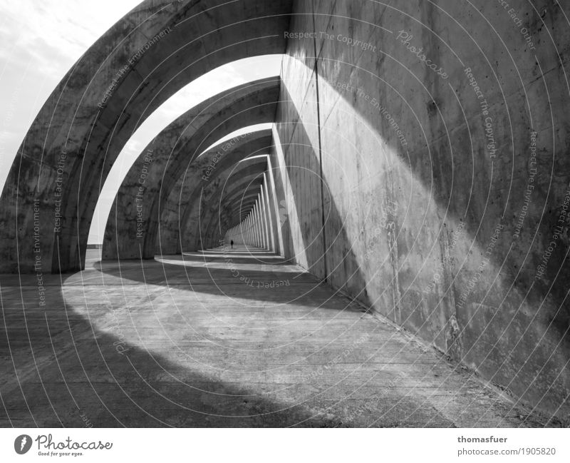endlos Mensch Frau Stadt weiß Einsamkeit ruhig schwarz Erwachsene Architektur Wand Traurigkeit Wege & Pfade Gebäude Mauer grau Stimmung