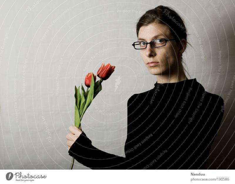 Blumen für Sie Mensch Frau Jugendliche Erwachsene feminin 18-30 Jahre Junge Frau dünn Blumenstrauß Tulpe Verabredung ernst Valentinstag nerdig Brillenträger