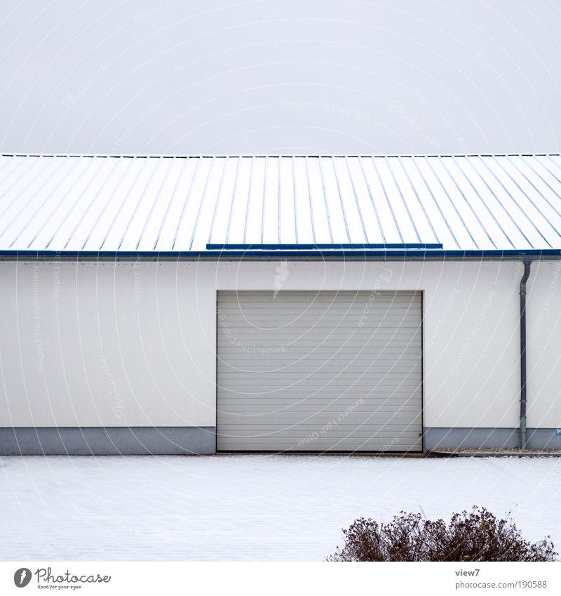 heute frei. Himmel Wolken Schnee Sträucher Haus Industrieanlage Tor Mauer Wand Fassade Dach Dachrinne Stein Beton Linie Streifen authentisch dunkel eckig