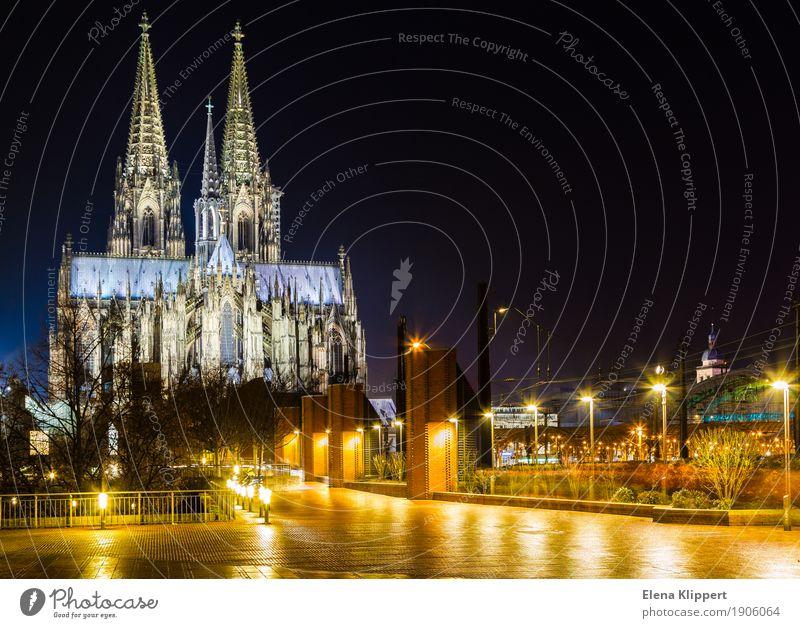 Kölner Dom bei Nacht Deutschland Europa Stadt Hafenstadt Stadtzentrum Altstadt Skyline bevölkert Kirche Fassade Sehenswürdigkeit Wahrzeichen Denkmal