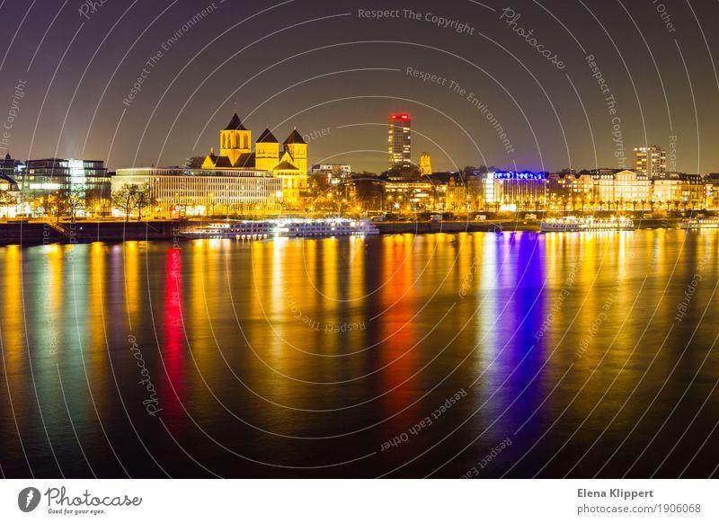Rheinufer in Köln bei Nacht Landschaft Winter Flussufer Deutschland Europa Stadt Hafenstadt Stadtzentrum Skyline bevölkert Haus Kirche Gebäude Architektur