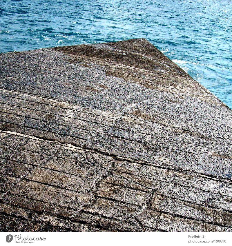 Into the blue Natur Urelemente Wasser Sommer Schönes Wetter Küste Meer Hafen Stein Unendlichkeit blau braun authentisch Fernweh ästhetisch Bewegung Tourismus
