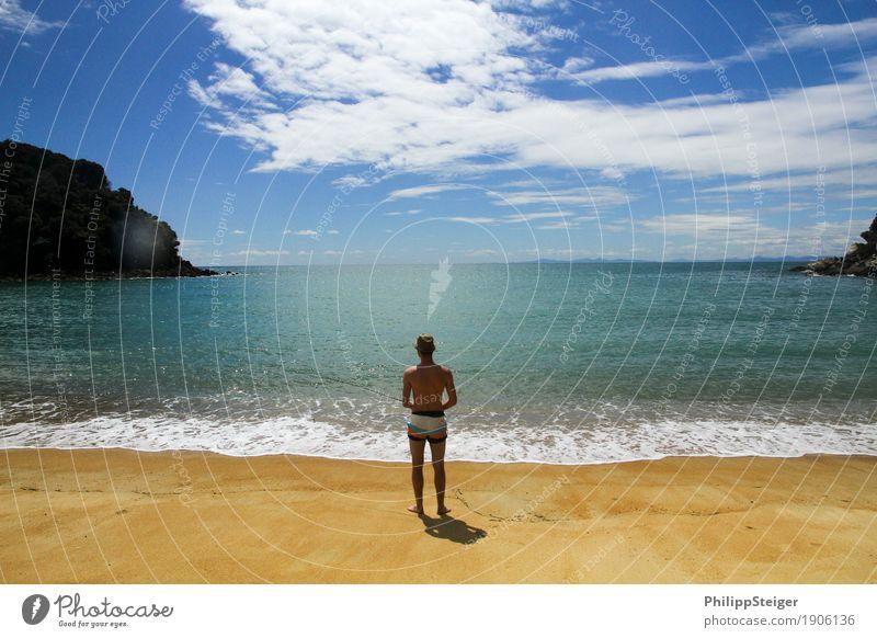 Gestrandet auf der Trauminsel Mensch Ferien & Urlaub & Reisen Jugendliche blau Wasser Junger Mann Meer Wolken ruhig Freude Strand 18-30 Jahre Erwachsene Leben