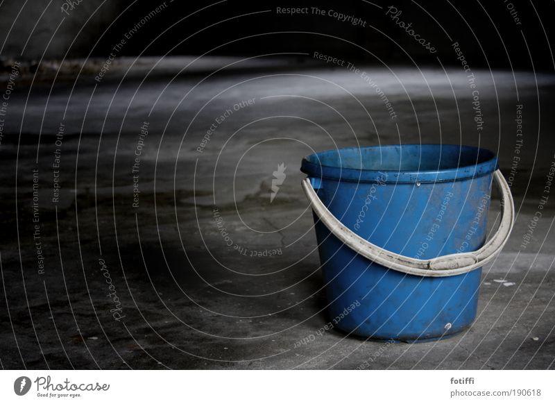 alles ist eimerlei weiß blau ruhig Einsamkeit grau warten dreckig Beton Fabrik einfach Reinigen Kunststoff Behälter u. Gefäße Ruine Moos Renovieren