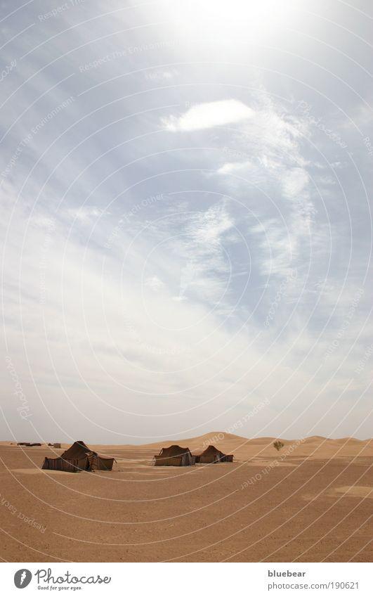 Beduinenzelte am Dünenrand Himmel Sommer Wolken Ferne Wärme Sand Armut trist Perspektive einfach Wüste Schutz geheimnisvoll trocken Dürre