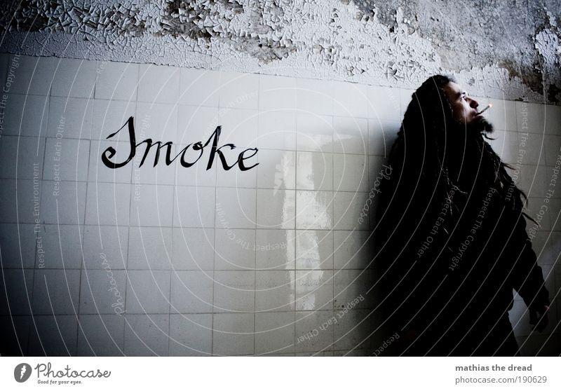 SMOKE Krankheit Rauchen Rauschmittel maskulin Junger Mann Jugendliche 18-30 Jahre Erwachsene Ruine Bauwerk Gebäude Mauer Wand Zeichen Schriftzeichen Graffiti