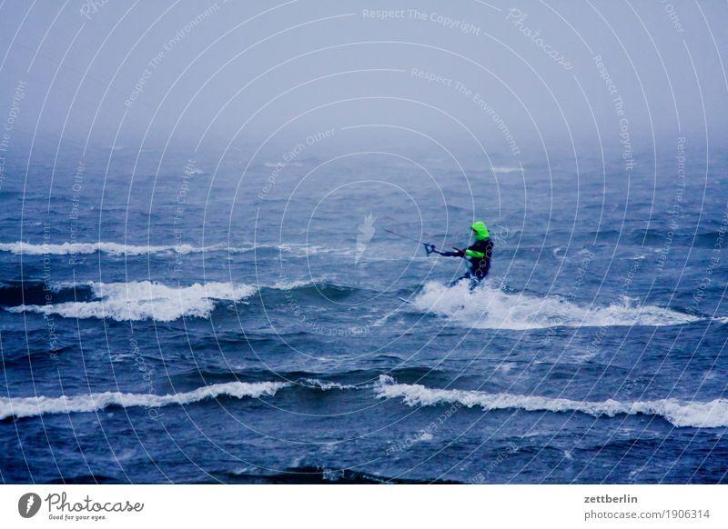Kitesurfen Ferien & Urlaub & Reisen Wasser Meer Landschaft Erholung Winter Herbst Sport Küste Textfreiraum Wellen Wind Insel Ostsee Sturm Rügen
