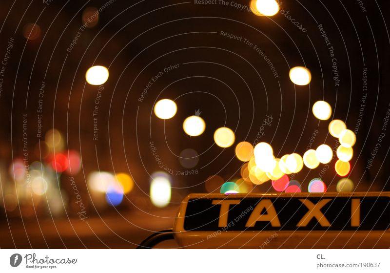 nachttaxi Nachtleben Verkehr Verkehrsmittel Personenverkehr Straßenverkehr Autofahren Ampel Fahrzeug PKW Taxi mehrfarbig Mobilität Wege & Pfade warten abholen