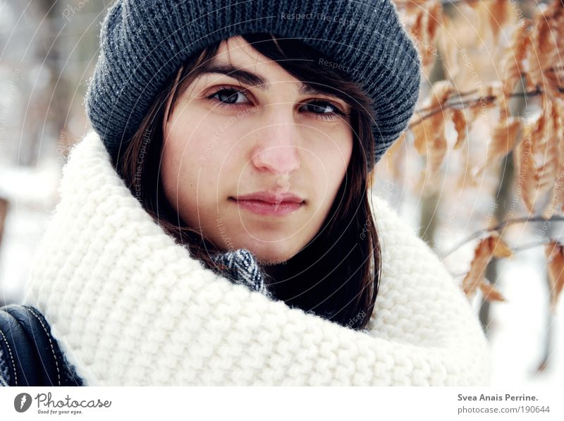 die kinder am Hof spielen schon wieder krieg, elegant Stil feminin Junge Frau Jugendliche Haare & Frisuren Gesicht Lippen 1 Mensch Natur Winter Schnee Blatt