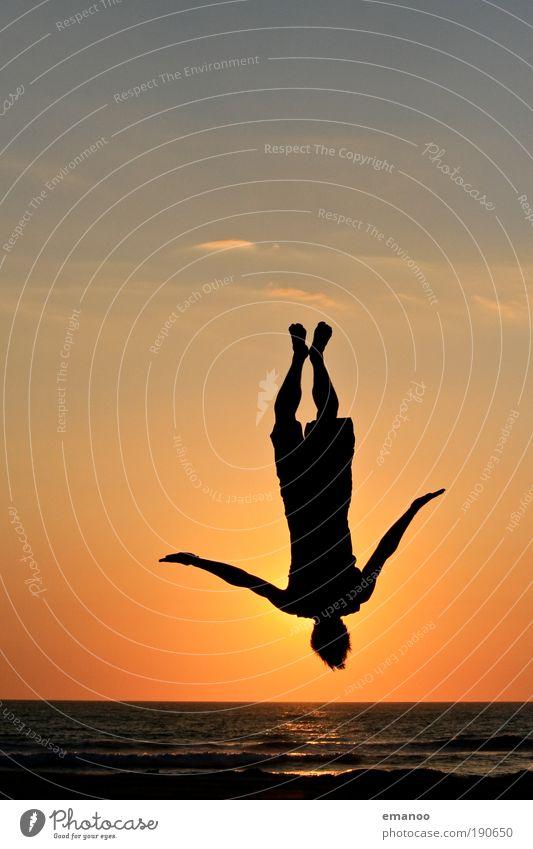 sprungwunder Mensch Himmel Jugendliche Sonne Ferien & Urlaub & Reisen Meer Sommer Strand Freude schwarz Erwachsene Freiheit Sand springen Wetter Wellen