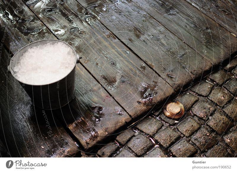 The first part of Caipi... weiß rot schwarz Holz braun Eis nass Pflastersteine Cocktail Holzfußboden Erfrischungsgetränk Eimer Bodenbelag Longdrink Eiswürfel