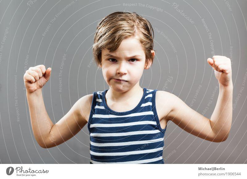 Sechsjähriger Junge zeigt seine Bizeps-Muskeln Mensch Kind Gesicht Hintergrundbild Sport Junge grau Wachstum Kindheit Erfolg Coolness sportlich stark Gesichtsausdruck Kleinkind anstrengen