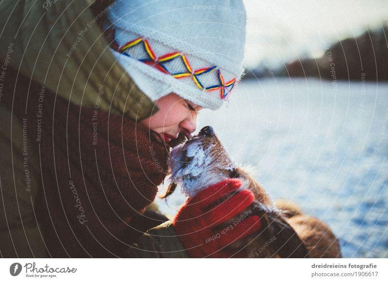 Bedingungslose Liebe. Lifestyle feminin Frau Erwachsene Winter Schnee Tier Haustier Hund berühren Kommunizieren Küssen leuchten Umarmen Freundlichkeit