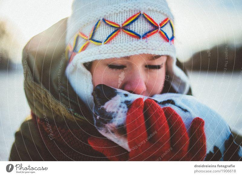 Bedingungslose Liebe. Frau Hund Tier Winter Erwachsene Gefühle Lifestyle feminin Glück Zusammensein Freundschaft träumen Kommunizieren Lebensfreude