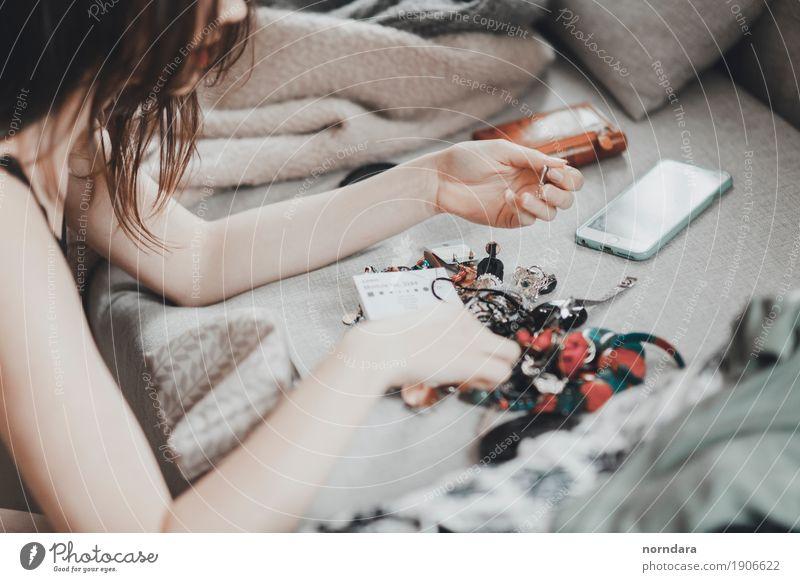 Frau Jugendliche schön Junge Frau Erwachsene Lifestyle feminin Stil elegant kaufen Reichtum Schmuck Ring wählen Accessoire Ohrringe