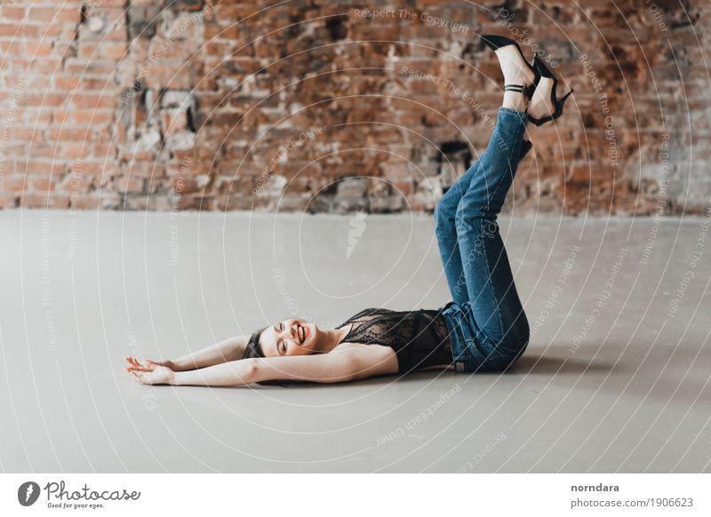 glückliches vorbildliches Mädchen Lifestyle schön Gesundheit feminin Junge Frau Jugendliche Erwachsene Mode Bekleidung Jeanshose glänzend Glück trendy