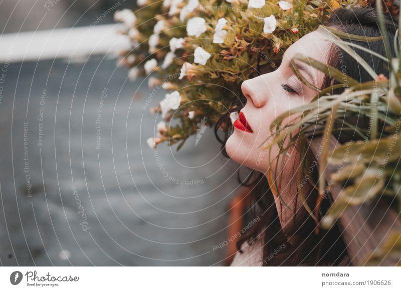 träumendes Mädchen schön Haut Gesicht Kosmetik Parfum Creme Schminke Lippenstift Wimperntusche Rouge Garten feminin Junge Frau Jugendliche Erwachsene elegant