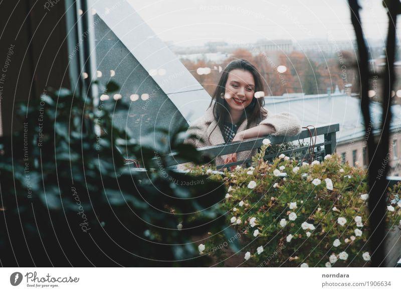 fröhliche Zeit Mensch feminin Junge Frau Jugendliche Pflanze Blume Blüte Balkon Terrasse Dach Gefühle Glück Fröhlichkeit Lächeln Panorama (Aussicht) Farbfoto