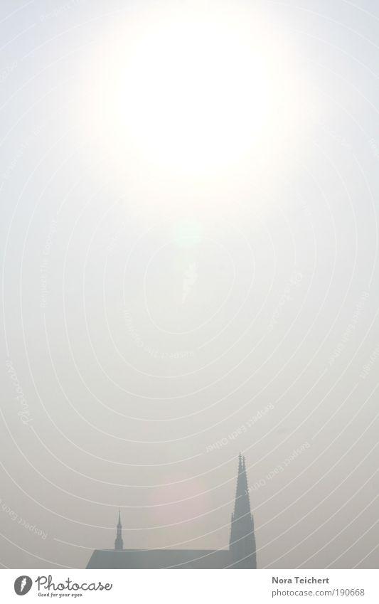 In der Ferne ... Himmel Sonne Winter Einsamkeit Umwelt Architektur Gebäude hell Zeit Nebel Klima authentisch Kirche leuchten Dach Bauwerk