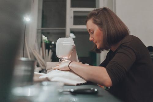 Nähen Design Freizeit & Hobby Basteln Modellbau Handarbeit heimwerken Berufsausbildung Arbeit & Erwerbstätigkeit Arbeitsplatz Nähmaschine feminin Junge Frau