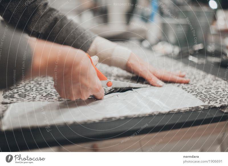 Nähen Kleid Muster Hand Lineal Bekleidung Werkstatt Freizeit & Hobby Handwerker Kunsthandwerker Produktion Design Mode Schere Stoff Arbeitsplatz