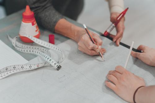 Nähen Design Arbeit & Erwerbstätigkeit Freizeit & Hobby Team Beruf Teamwork Arbeitsplatz Werkzeug Basteln Handarbeit Schere Messinstrument Maßband Nähmaschine