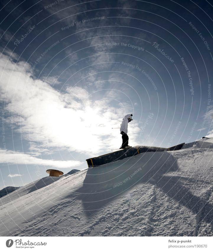 sunslide Lifestyle Tourismus Ausflug Sportler Skier Sportstätten Mensch Junger Mann Jugendliche 1 Umwelt Himmel Wolken Sonne Sonnenlicht Berge u. Gebirge Gipfel