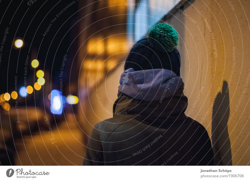 Väterchen Frost IX Mensch Jugendliche Stadt Junge Frau Einsamkeit Winter 18-30 Jahre Erwachsene kalt Wand Wege & Pfade Schnee feminin Kopf gehen Angst
