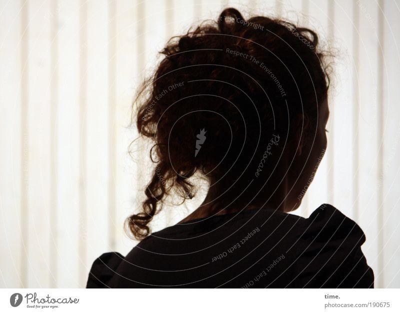 Vertieft Frau Gesicht dunkel feminin Haare & Frisuren Kopf hell Studium beobachten Streifen Locken Interesse untergehen