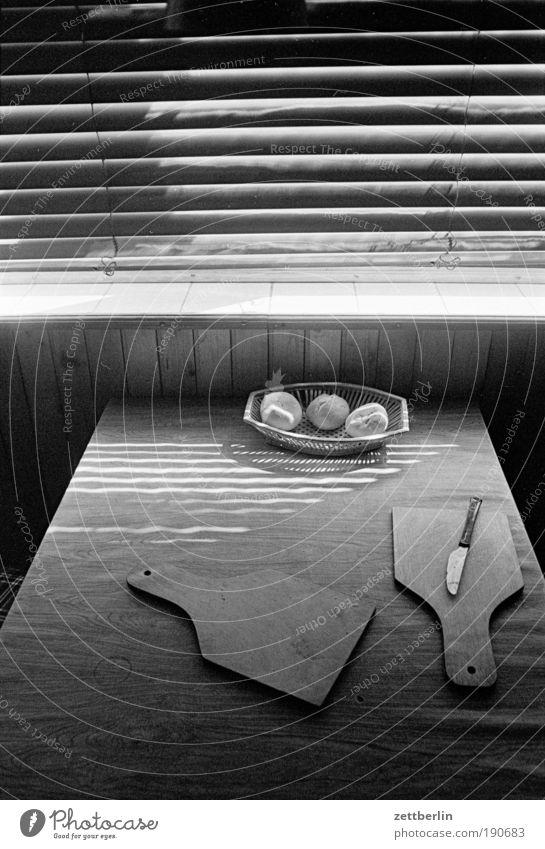 Küche Frühstück Tisch Holzbrett Schneidebrett Messer Korb m brötchen Fenster Jalousie Rollo Rollladen geschlossen Sommer Wetterschutz Schatten Haushaltsführung