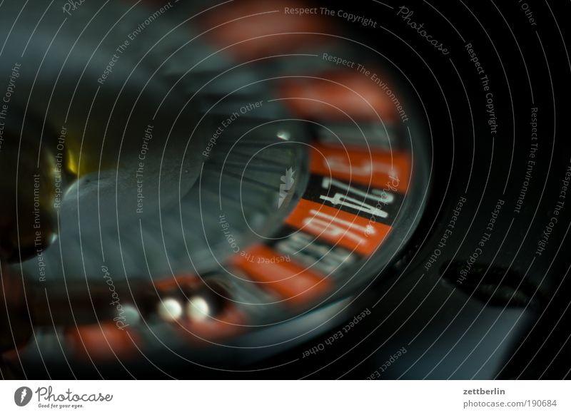 Roulette dunkel Spielen Glück Ziffern & Zahlen Kugel Drehung rotieren Spielkasino Kreisel Glücksspiel Roulette Gesellschaftsspiele einbringen
