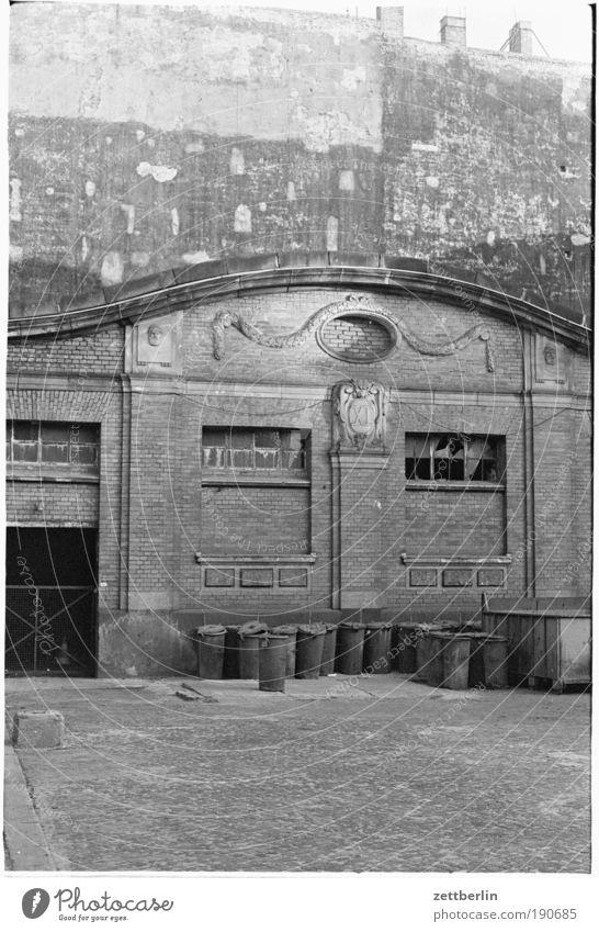 Mülltonnen, Lichtenberg Lagerhalle Halle Markthalle Fabrik Müllbehälter entsorgen Architektur Altbau Jugendstilhaus Mauer Brandmauer historisch