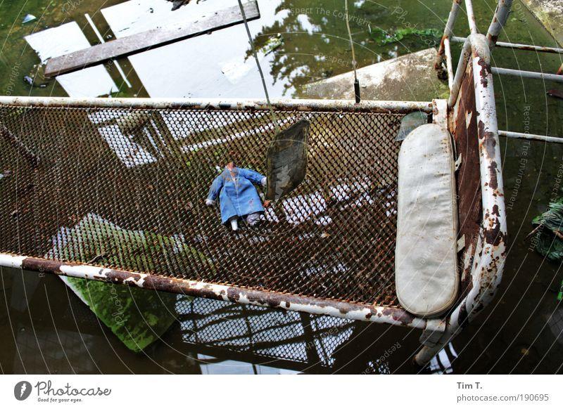 ALPTRÄUME (Serie) Wasser Ruine Puppe Beton Metall Stahl Rost alt dreckig dunkel gruselig Angst bizarr Endzeitstimmung Bett Farbfoto Innenaufnahme Menschenleer