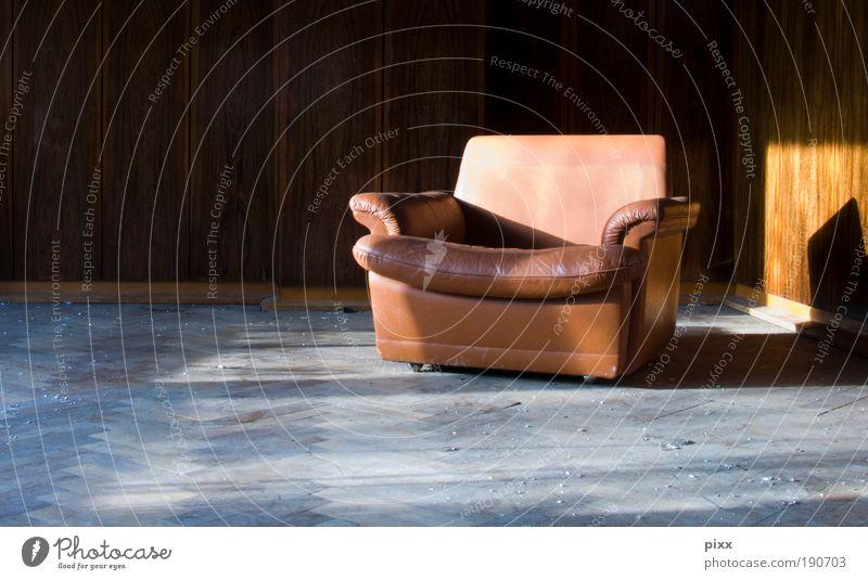 Platz in der Sonne Stil Möbel Sessel Lounge Ruhestand Feierabend Holz Leder alt träumen ästhetisch dreckig retro trist braun Geborgenheit ruhig Einsamkeit Ferne