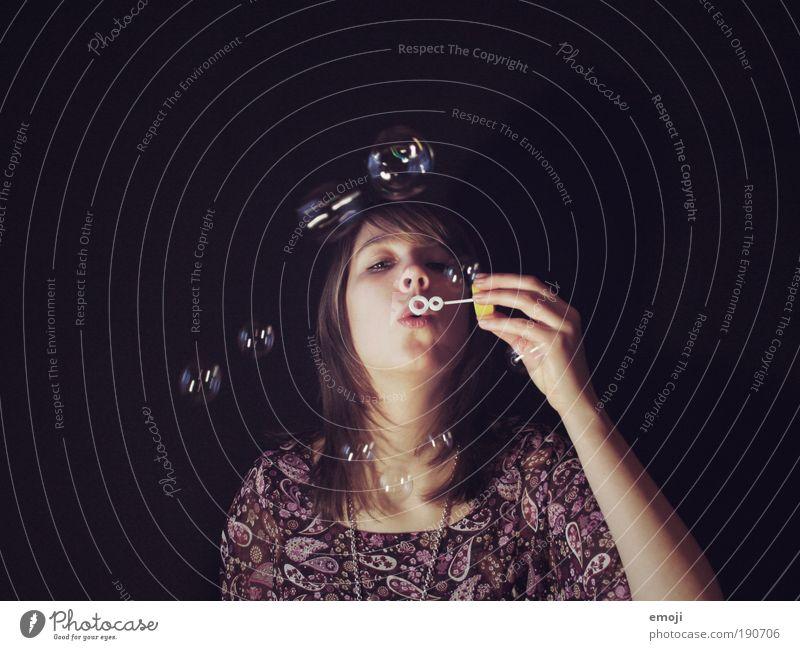 altbekannt Jugendliche schön Gesicht schwarz feminin Spielen Erwachsene violett einzigartig natürlich Mensch Neugier Seifenblase Junge Frau