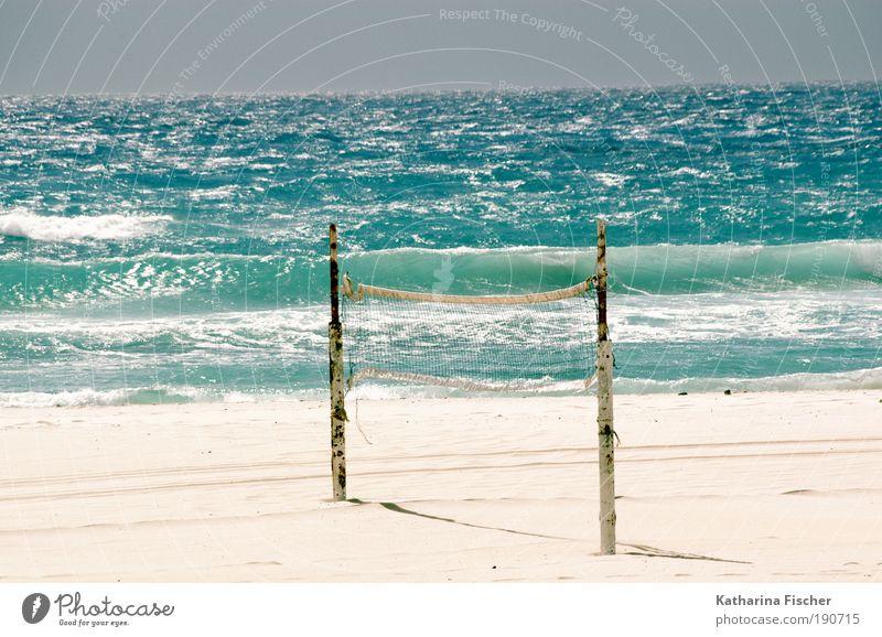 Vor dem Spiel Ferien & Urlaub & Reisen Freiheit Sommer Sommerurlaub Sonne Strand Meer Wellen Sport Ballsport Sand Luft Wasser Wolkenloser Himmel Sonnenlicht