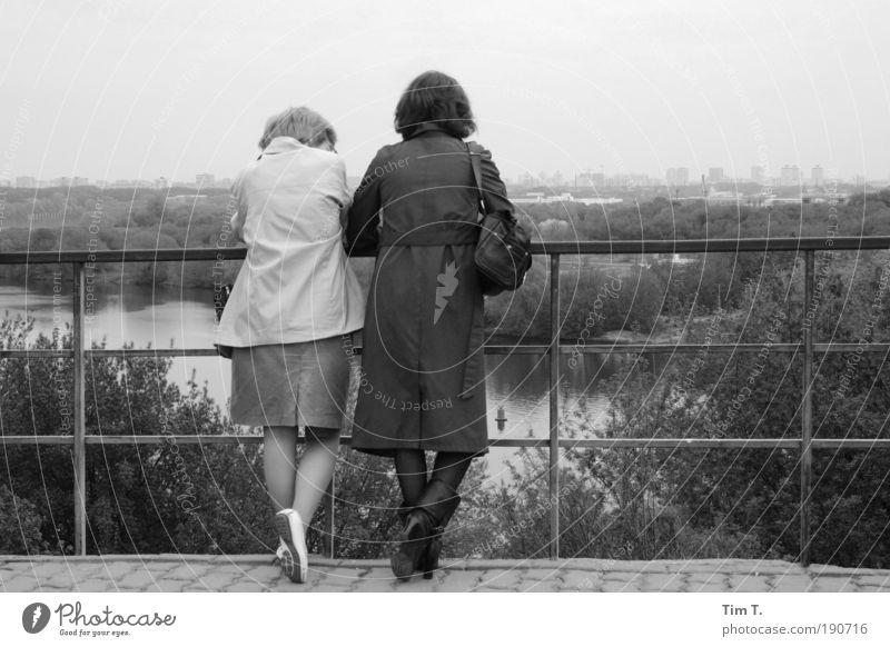 Sonntag in Moskau Mensch ruhig Erwachsene Erholung feminin sprechen Fuß Kommunizieren Skyline Stadtrand Moskau Frauenbein Russland