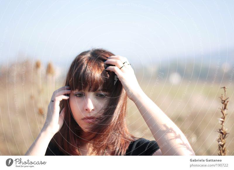 deselectrification Mensch Natur Jugendliche Himmel Pflanze Gesicht feminin Gefühle Haare & Frisuren Kopf Traurigkeit Denken warten Arme gehen Sträucher