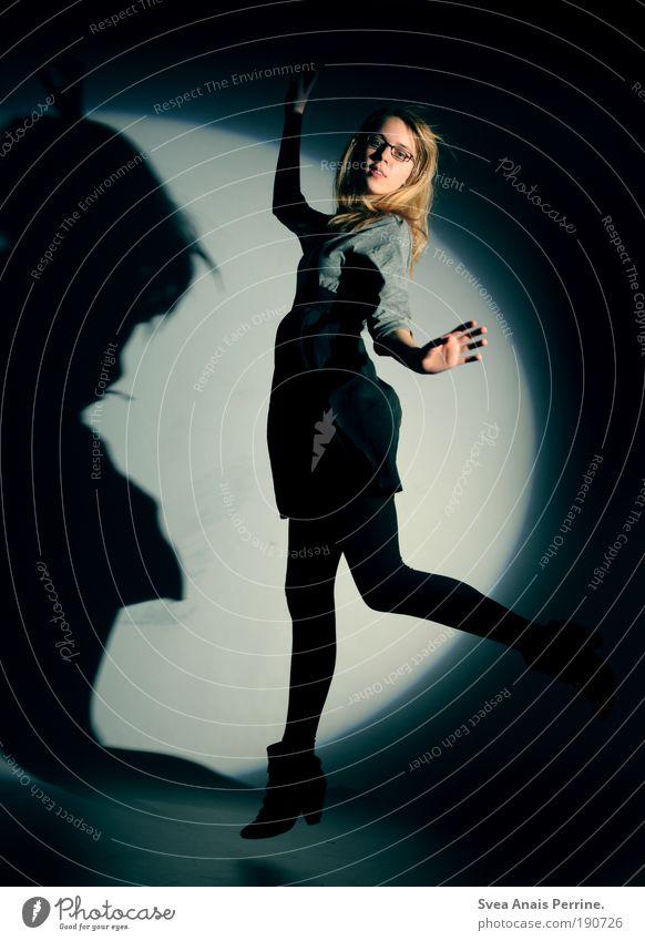 dancing in the moonlight 3 Mensch Jugendliche Hand schön dunkel feminin Haare & Frisuren springen Stil Mode Schuhe blond elegant fliegen hoch Design