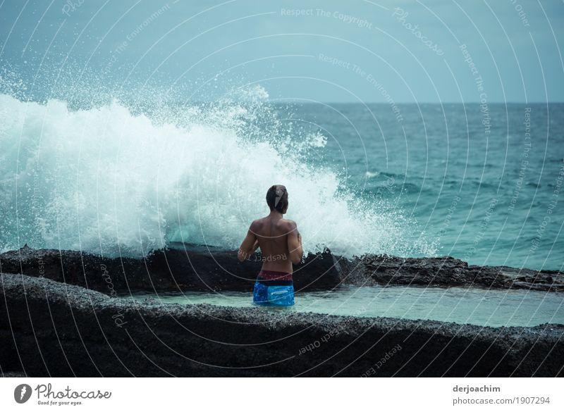 Öko Dusche. Ein Mann steht am Strand und wird von einer Welle umspült. Ein Tag im Januar am Pacific Freude Fitness Wellness Freizeit & Hobby Ausflug Wassersport