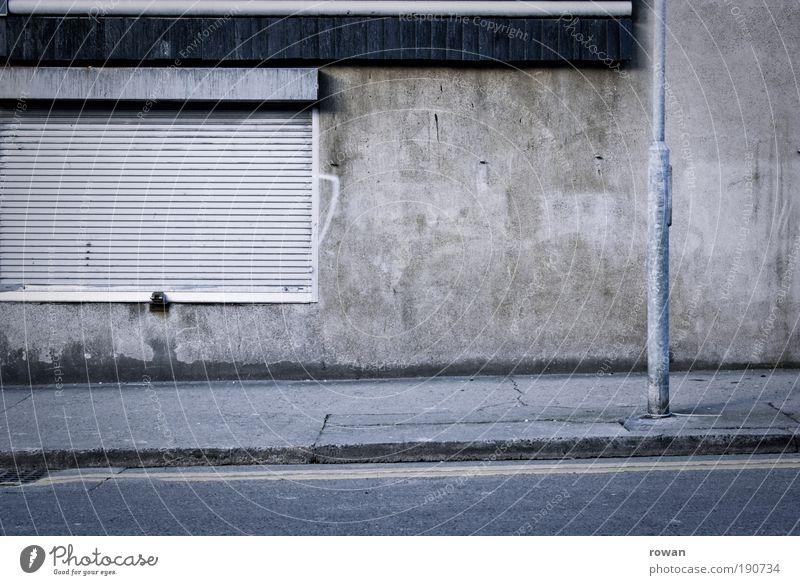 street scene in grey Mauer Wand grau trist leer gehen dunkel Straße Asphalt Laterne Rollladen Beton Traurigkeit geschlossen Bürgersteig schwarz Stadt Farbfoto